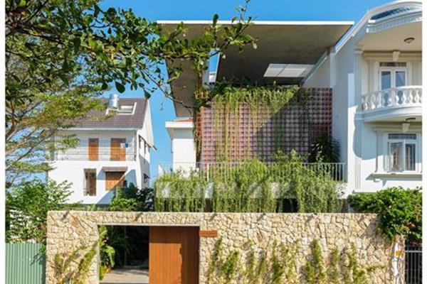 Nhà phố phong cách nhiệt đới (tropical) bình yên với hàng hiên xanh mát