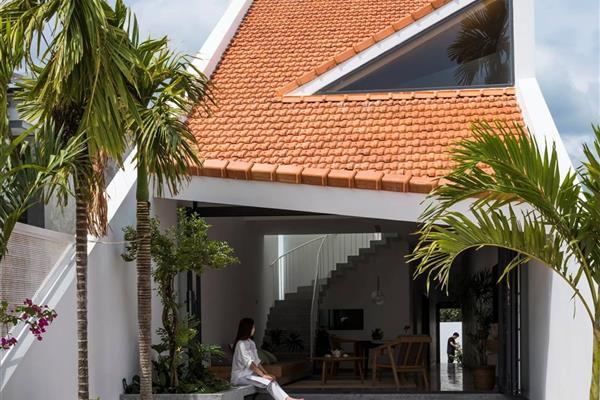Nhà ở quê thiết kế vừa truyền thống vừa hiện đại, kết nối nhà chính và hàng hiên bằng mái dốc ngói đỏ